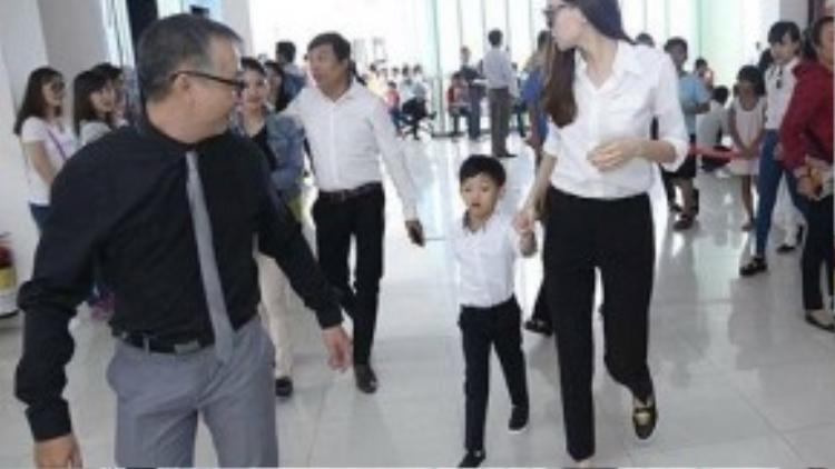 Combo áo sơ mi trắng cùng quần tây, quần jeans đen luôn là lựa chọn quen thuộc của các sao Việt tại các buổi từ thiện. Hồ Ngọc Hà cũng không là trường hợp ngoại lệ.