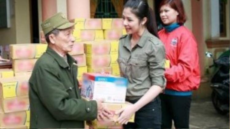 Trong một chuyển đi ủng hộ gia đình sau mùa lũ tại tỉnh Quảng Bình, hoa hậu Ngọc Hân chọn sơ mi xanh rêu đơn giản cùng quần jeans tham gia cùng đoàn tình nguyện.