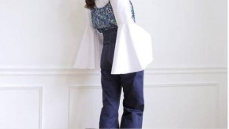 Áo tay loe cùng quần jeans cạp cao ống rộng, đặc biệt là chiếc áo crop-top họa tiết hoa, sẽ tạo nên phong cách quý tộc vô cùng thanh lịch và trang nhã. Giày gót vuông sành điệu là một điểm cộng nữa cho set đồ này.