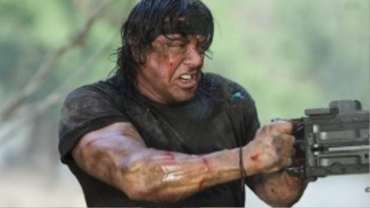 """John Rambo trong loạt phim """"Rambo"""": Nhân vật là một cựu chiến binh, lang bạt khắp nước Mỹ khi cố gắng hòa nhập với cuộc sống hòa bình nơi quê hương. Song, tinh thần chiến đấu cứ âm ỉ bên trong Rambo và đẩy anh vào những rắc rối với chính quyền sở tại. Sau tập phim đầu tiên, John Rambo trở lại nhiều chiến trường khắc nghiệt và lập thêm hàng loạt chiến công hiển hách mới."""