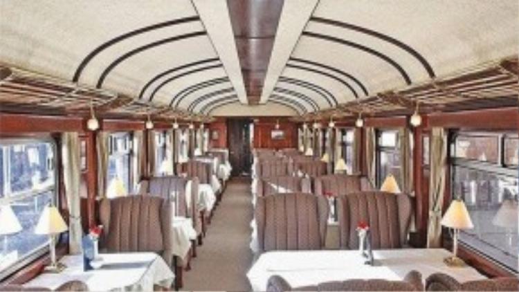 Các chi tiết trang trí bên trong làm bằng đồng, thiết kế trần thanh lịch lấy cảm hứng những chiếc xe lửa từ những năm 1920.