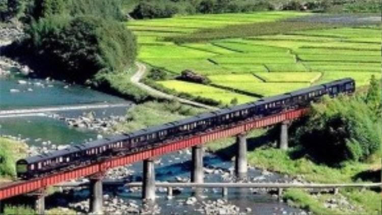 Seven Stars ở Kyushu (Nhật Bản): Chuyến tàu du lịch sang trọng này đi qua vùng núi đẹp của Kyushu và ghé ở Yufuin - nơi có suối nước nóng nổi tiếng.