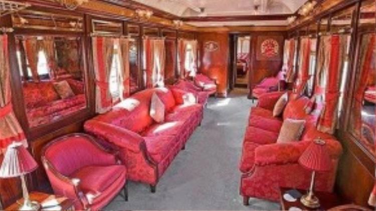 Tàu này được xây dựng từ những năm 1920 với phong cách thiết kế ấn tượng nhờ kết hợp tone màu hồng.