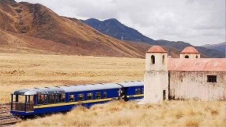 Andean Explorer ở Peru: Chuyến tàu đưa du khách khám phá vùng cao nguyên của nước này. Những cánh cửa sổ giúp nhìn toàn cảnh và cả khung cửa trên mái để ngắm bầu trời rất đẹp.