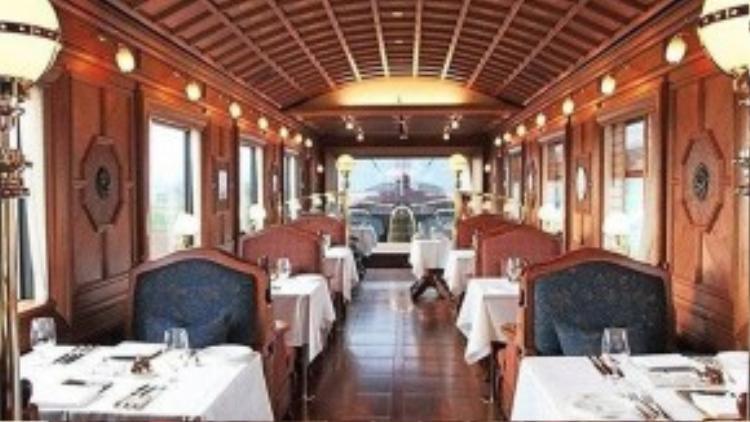 Trần làm từ gỗ, kiểu mái cong. Phòng ăn rộng rãi, thoáng mát theo phong cách nhà ở truyền thống ở nông thôn Nhật Bản.