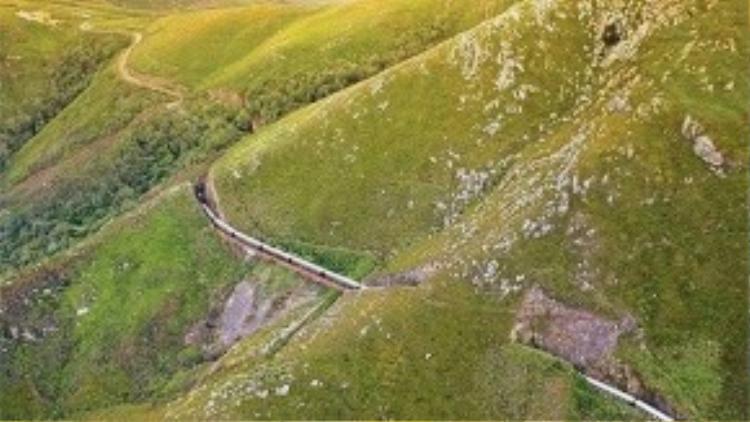 Rovos Rail ở Nam Phi: Là chuyến tàu cổ kính được xây dựng từ những năm 1960-1970 đưa du khách tham quan nhiều vùng quê đẹp.