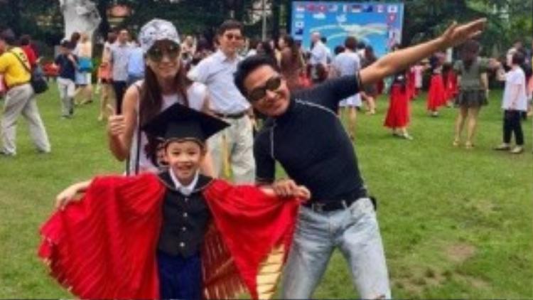 Mã Cảnh Đào bên vợ và con trai.