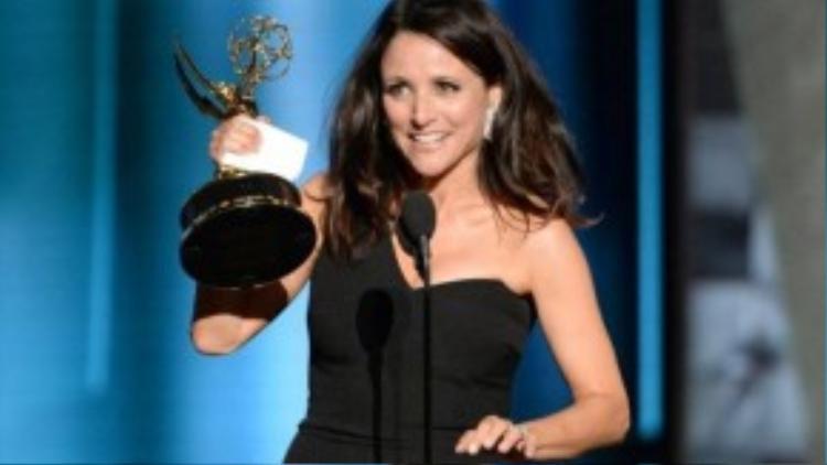 Julia Louis-Dreyfus nhận giải thưởng Nữ diễn viên xuất sắc thể loại phim hàicho vai diễn trong series Veep. Ảnh:Phil McCarten/Invision for the Television Academy/AP Images