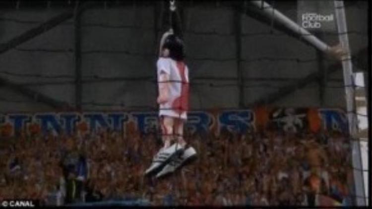 Các CĐV Marseille treo hình nộm của Valbuena.