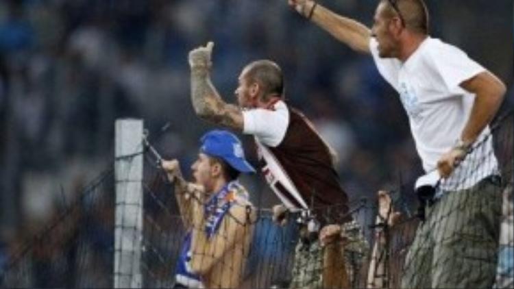 Tình hình hỗn loạn trên khán đài khi họ không chấp nhận người cũ phản bội thi đấu dưới sân.