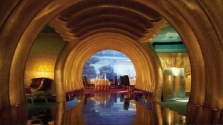 Lối vào dát vàng ở Al Mahara, nhà hàng chuyên các món hải sản, được nhiều du khách chụp ảnh. Bạn sẽ được thưởng thức đồ ăn trong tiếng nhạc du dương.