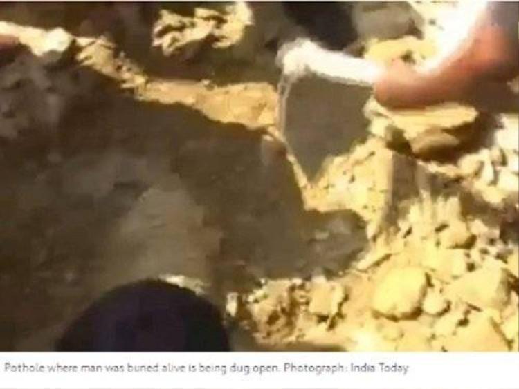 Clip người đàn ông Ấn Độ bị công nhân chôn sống vì say rượu