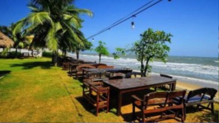 Khung cảnh yên tĩnh của bãi biển là điểm thu hút du khách đến Pranburi.