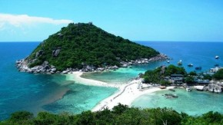 Những bãi cát trắng phau khiến Hua Hin là nơi thu hút nhiều du khách dịp cuối tuần.