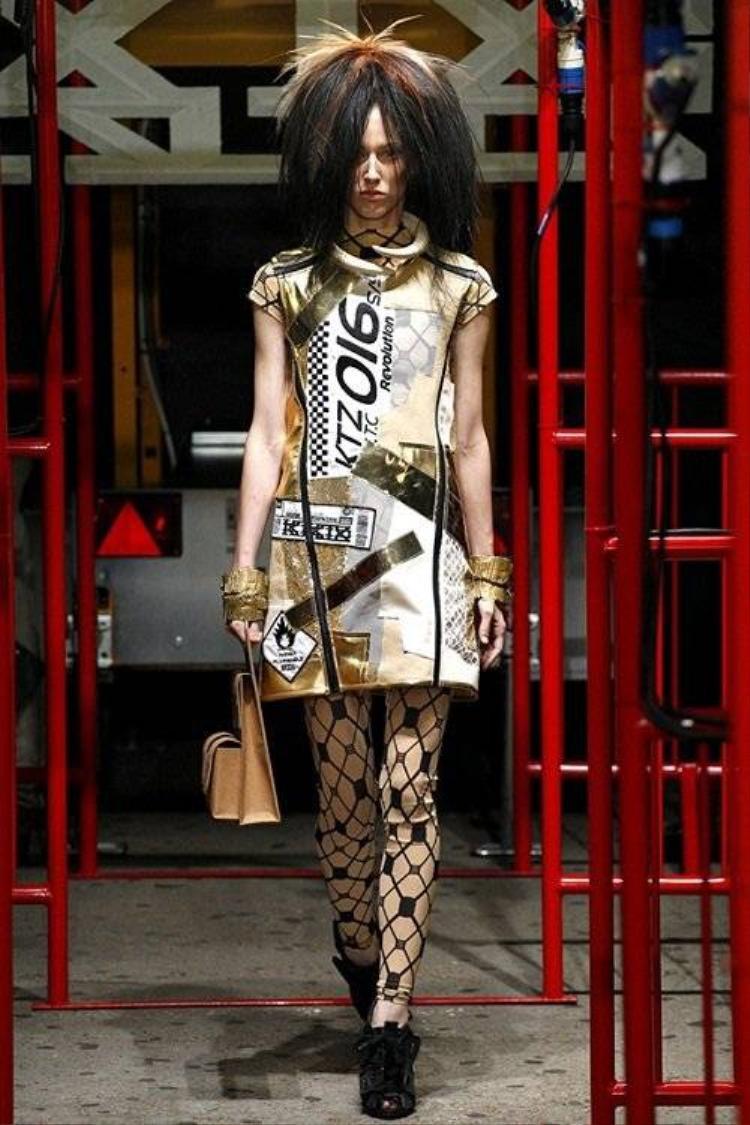 Hoàng Thùy tóc như tổ quạ tự tin trình diễn ở Tuần thời trang London
