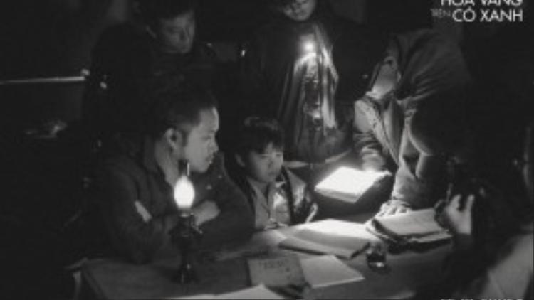 """Đạo diễn Victor Vũ và """"thiên thần nhí"""" của mình trên trường quay."""