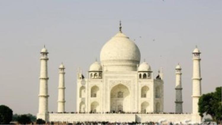 Lịch sử xây dựng Taj Mahal gắn với câu chuyệnhoàng hậu Ấn Độ Mumtaz Mahah không may qua đời ở tuổi 39 sau khi sinh người con thứ 14 (năm 1631). Quá đau buồn,hoàng đế Shah Jahan đã cho xây Taj Mahal để tưởng nhớ vợ. Gần 400 năm đã trôi qua, ngôi đền trắng vẫn lộng lẫy trường tồn cùng thời gian.