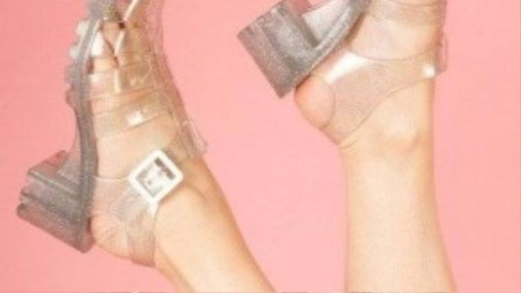 Kiểu giày nhựa trong suốt được các cô nàng đặc biệt ưa chuộng vào mùa mưa Sài Gòn vì độ bền bỉ và không thấm nước.