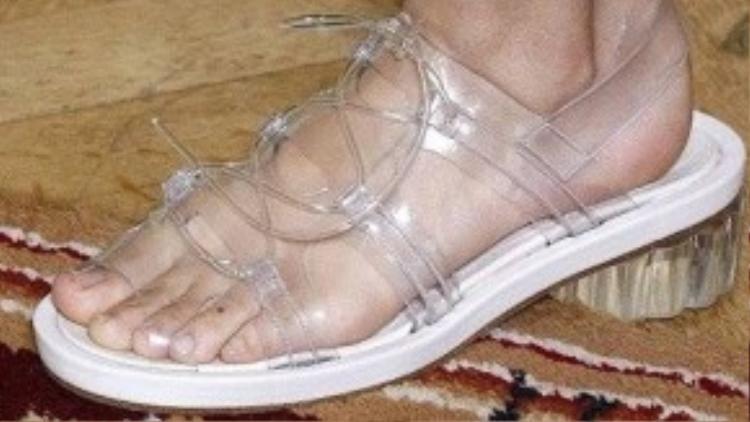 Lấy cảm hứng từ đôi giày thủy tinh của cô bé Lọ Lem, thiết kế sandals của Simone Rocha với chất liệu nhựa trong suốt có tính ứng dụng cao, đặc biệt phù hợp với những môi trường ẩm ướt như mùa mưa ở Việt Nam.