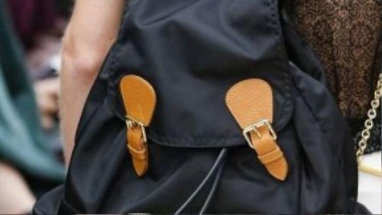 Ba lô thương hiệu Burberry nổi tiếng trên thế giới được làm từ chất liệu vải dù phối da với phong cách khỏe khoắn, tiện dụng. Trên thực tế, thiết kế này khá giống các kiểu ba lô học sinh đi học ở Việt Nam thường hay sử dụng.