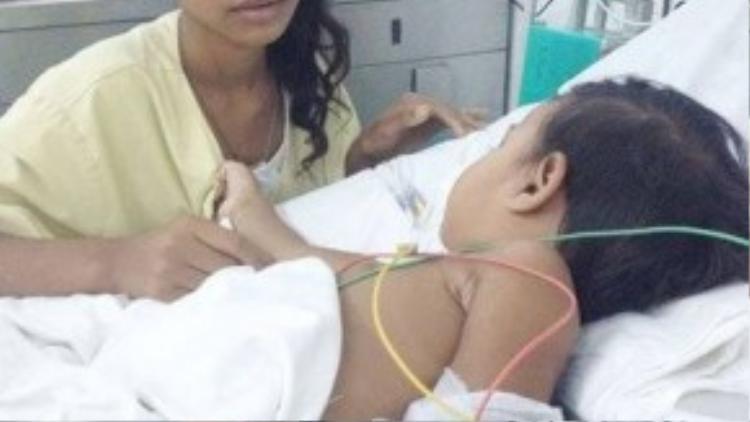 Bé Dung và mẹ tại bệnh viện. Ảnh: TÙNG SƠN.