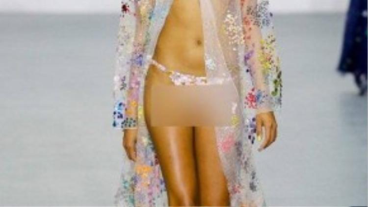 Khán giả không chỉ bàn tán về mẫu nam mà còn chú ý đến bộ trang phục cuối của show diễn. Người mẫu chỉ khoác lên mình tấm áo choàng đính kim sa xuyên thấu, để ngực trần hoàn toàn.