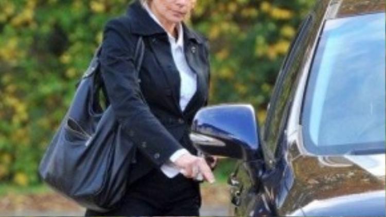 Vợ Wenger chấp nhận cho giáo sư tự do.