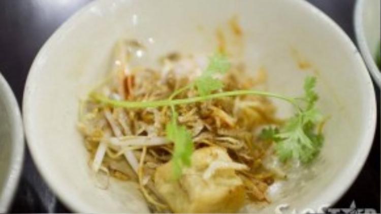 Đặc biệt nhất chính là mì sate Đài Loan cay nồng với cá viên và cá cơm giòn khô mặn tạo nên hương vị khá lạ miệng.