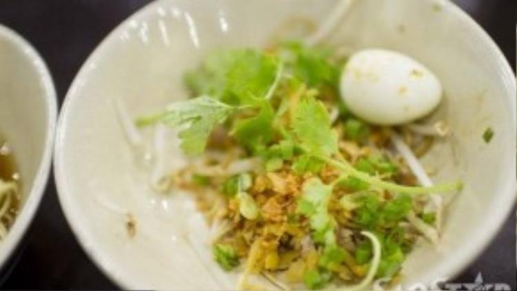 Mìthịt bằm với trứng cút, thịt bằm, sá bấu (1 loại củ cải của người Hoa).