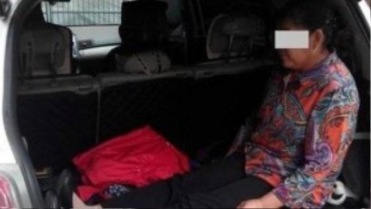 Người phụ nữ cao tuổi bị con trai bắt ra cốp ngồi để nhường chỗ cho cháu ngủ.