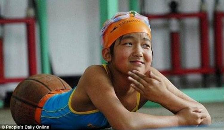 Cô bé cụt cả hai chân thành nhà vô địch bơi lội