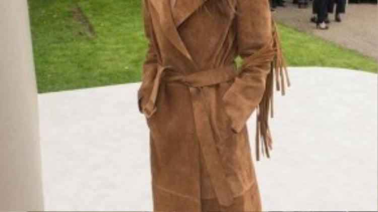 Người mẫu, diễn viên Elisa Sednaoui đẳng cấp với chiếc áo khoác dáng dài màu da bò. Chất liệu da lộn cũng đang là hot trend của mùa Thu-Đông năm nay.