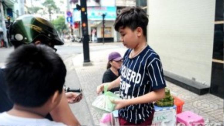 Sự có mặt của Công Quốc giúp việc bán bánh nhanh hơn so với bình thường. Tuy nhiên, chị cho hay, cả mình lẫn ông xã đều muốn con tập trung học, thi thật tốt nên chỉ cho bé ra chỗ bán lúc rảnh rỗi.