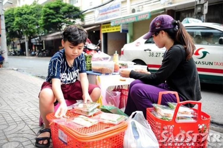 Công Quốc chăm chỉ phụ mẹ bán bánh bột lọc