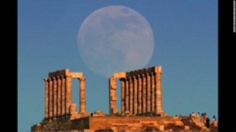 Siêu trăng xuất hiện ở tền thờ vị thần biển cả Poseidon tại Hy Lạp vào tháng 6, 2013