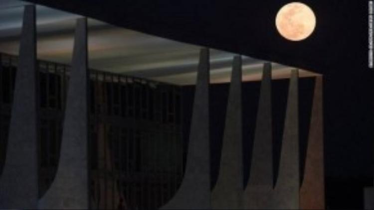 Hình ảnh siêu trăng vào tháng 8, 2014. Siêu mặt trăng sẽ lớn hơn 14% và sáng hơn 30% so với mặt trăng bình thường khi mặt trăng vào điểm xa nhất trái đất.
