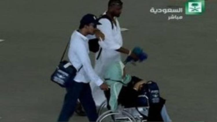 Một người bị thương được đưa khỏi hiện trường vụ giẫm đạp. Ảnh: Sky News.