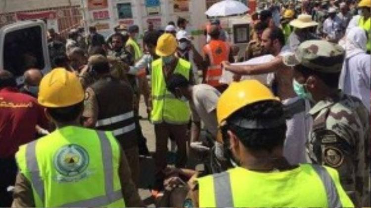 Nhân viên cứu hộ Saudi Arabia đưa người bị thương đến cơ sở điều trị. Ảnh: Twitter