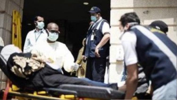 Đội cứu hộ đưa một người hành hương bị thương đến bệnh viện.