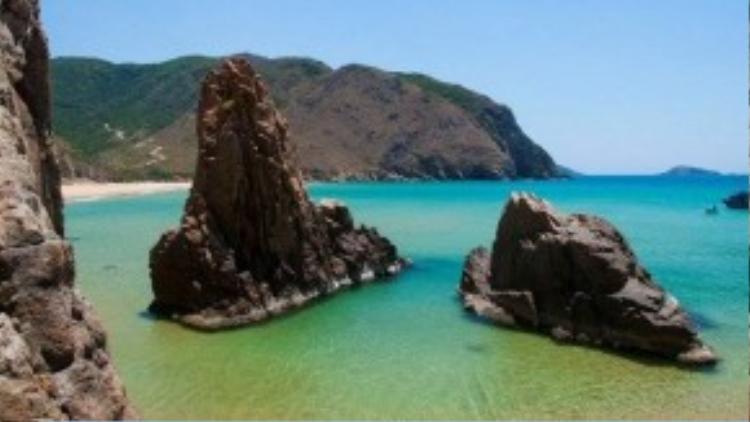 2 mỏm đá mọc lên giữa biển tạo nên một eo biển lặng sóng cho du khách thưởng ngoạn.