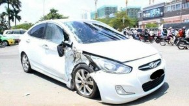 Chiếc xe ô tô của anh Huynh bị đâm cũng hư hỏng nặng.