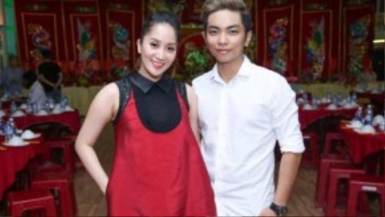 Chiều 25/9, với sự hỗ trợ từ bà bầu nổi tiếng một thời Hương Lan và MC Thanh Bạch, kiện tướng dancesport Khánh Thi đã tổ chức buổi lễ giỗ Tổ ở trung tâm dạy nhảy của cô. Ông xã Phan Hiển có mặt từ sớm để cùng cô chuẩn bị mọi việc.