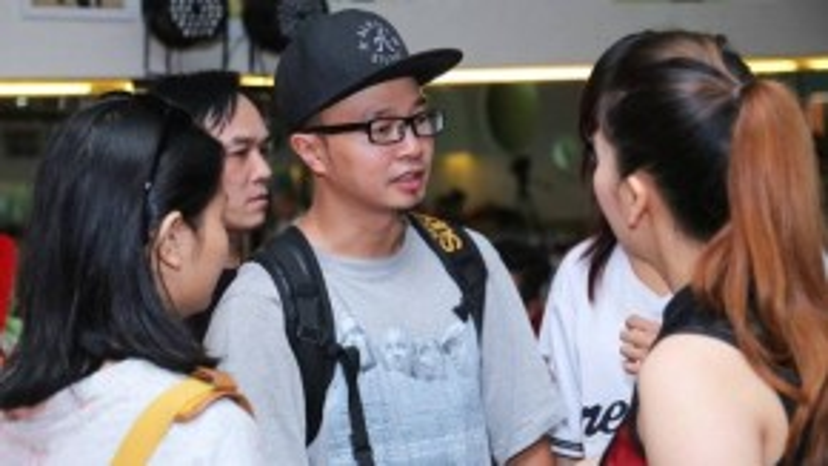 Biên đạo múa Hà Lê tranh thủ trò chuyện với đồng nghiệp Khánh Thi.