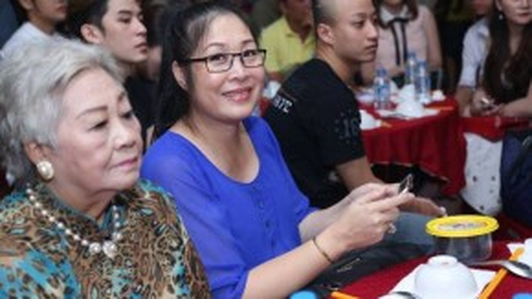 NSND Hồng Vân. Trước đó một ngày, chị cùng chồng cũng tổ chức buổi cúng Tổ tại sân khấu kịch mang tên mình.