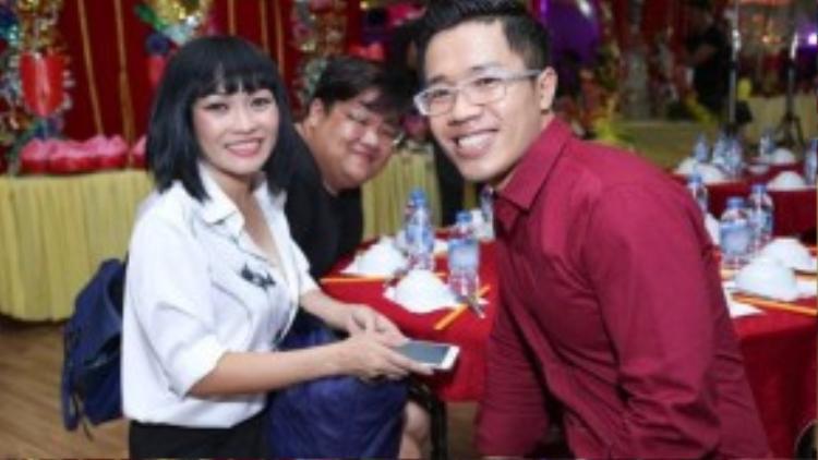 Chị tranh thủ lưu lại khoảnh khắc đáng nhớ cùng ca sĩ Vương Khang và MC Quốc Bình khi bắt gặp ống kính máy ảnh.