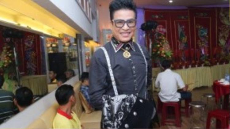Xuất hiện tại buổi lễ cúng Tổ ở trung tâm dancesport của Khánh Thi chiều qua còn có MC Thanh Bạch.
