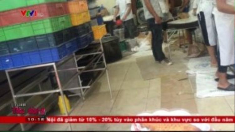Sàn nhà ẩm ướt, cơ sở nhếch nhác. (Ảnh chụp từ clip)