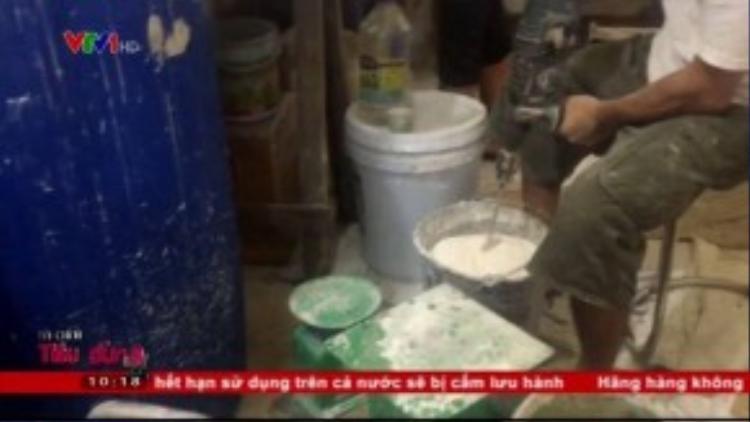 Máy khoan dùng làm máy trộn bột. (Ảnh chụp từ clip)