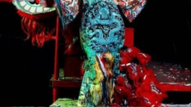 Người đẹp diện trang phục áo dài cách điệu với những đường nét họa tiết tinh xảo, gợi nhớ đến hình ảnh của những giai nhân cung đình thời xưa với thiết kế rồng phượng ấn tượng, kiểu dáng rộng đặc trưng.