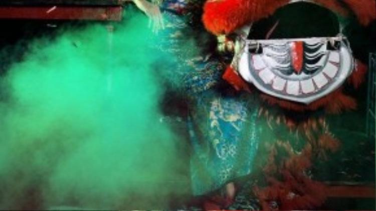 Mùa Trung Thu này, Trang Khiếu quyết định dành tặng một bộ hình chụp với áo dài cách điệu rực rỡ và các chú lân sư rồng.